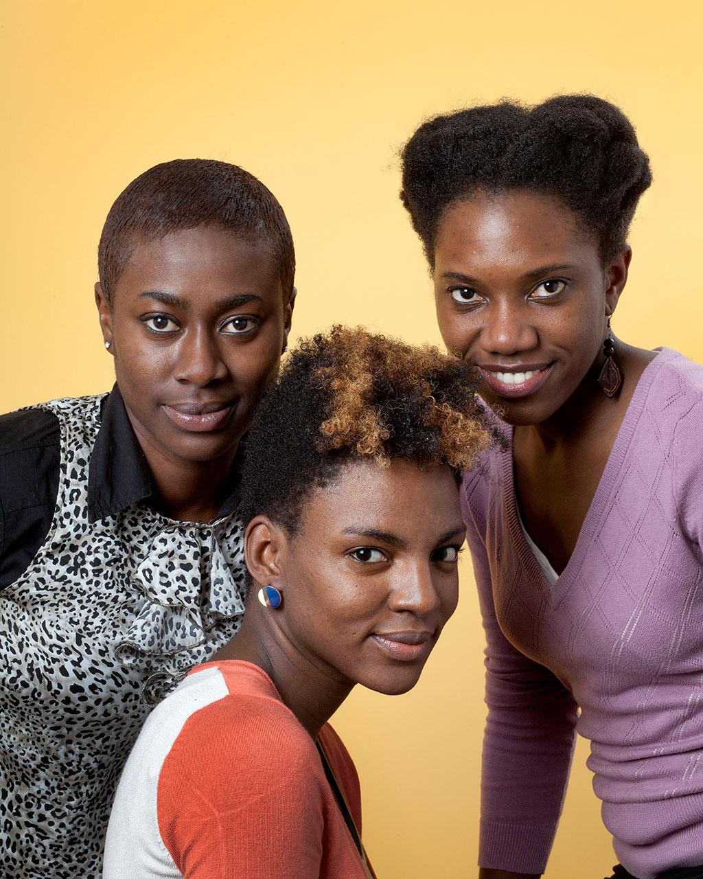 Portret van 3 meiden die voor een artikel over hun Black Hair praten